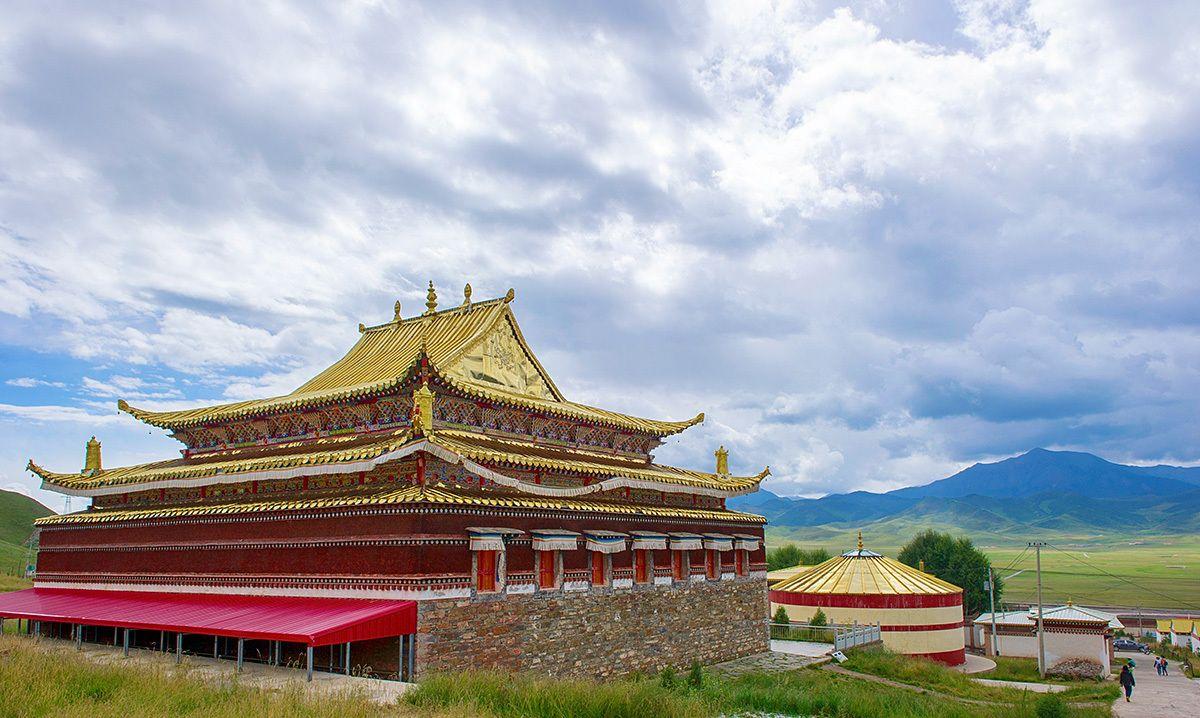 青海著名的藏族寺庙,却处处采用汉式建筑风格,屋顶还有龙的雕像