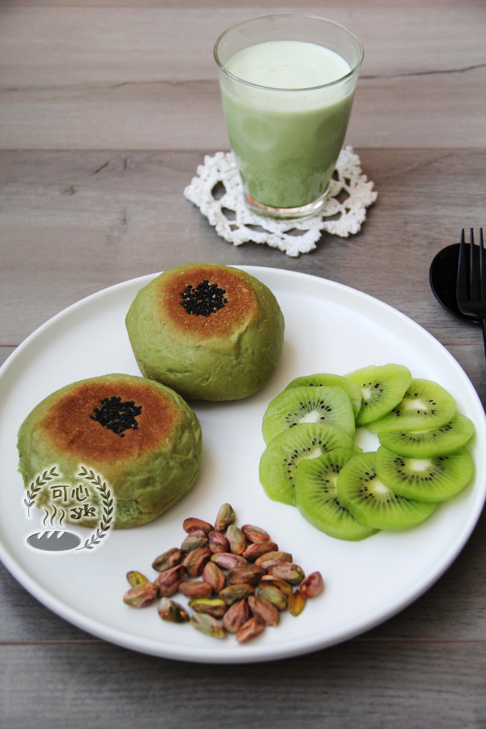 [调皮]今天的早餐:日式抹茶红豆包、弥猴桃、开心果、抹茶牛奶。