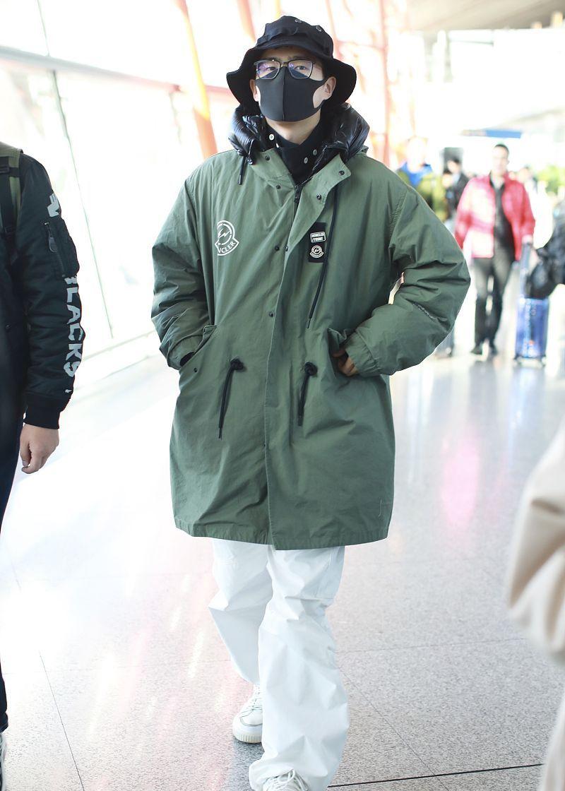 刘昊然街拍:Moncler派克羽绒服运动鞋小白鞋 帅气工装范儿