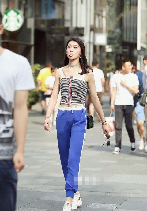 街拍路人,网友:图一身材最好,图五古风纱裙朦胧美