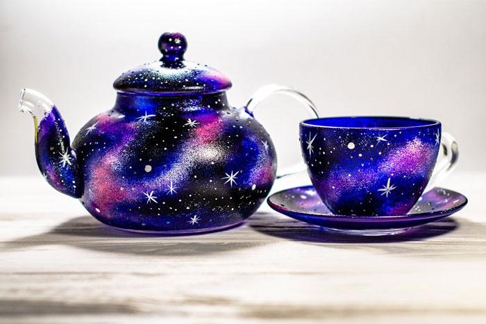 经过他的彩漆涂装,普通玻璃器皿化身精美艺术品