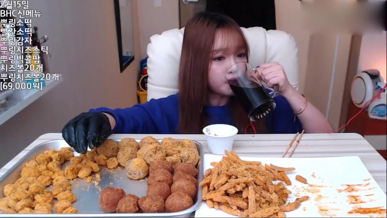 韩国吃播:小姐姐你吃这么多热量的东西不怕长痘痘吗