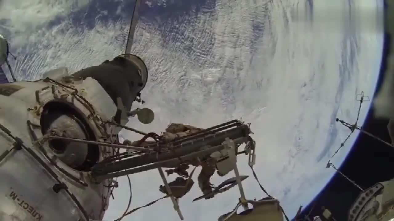 看看宇航员在外太空作业现场背后的景色很好但却很危险