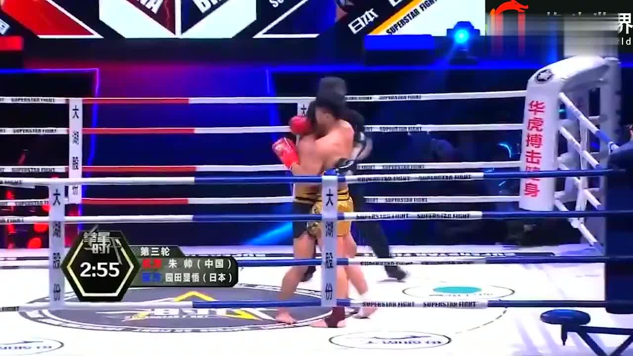 日本选手多次搂抱后惹怒裁判,中国小将打恼将其重拳猛砸暴揍