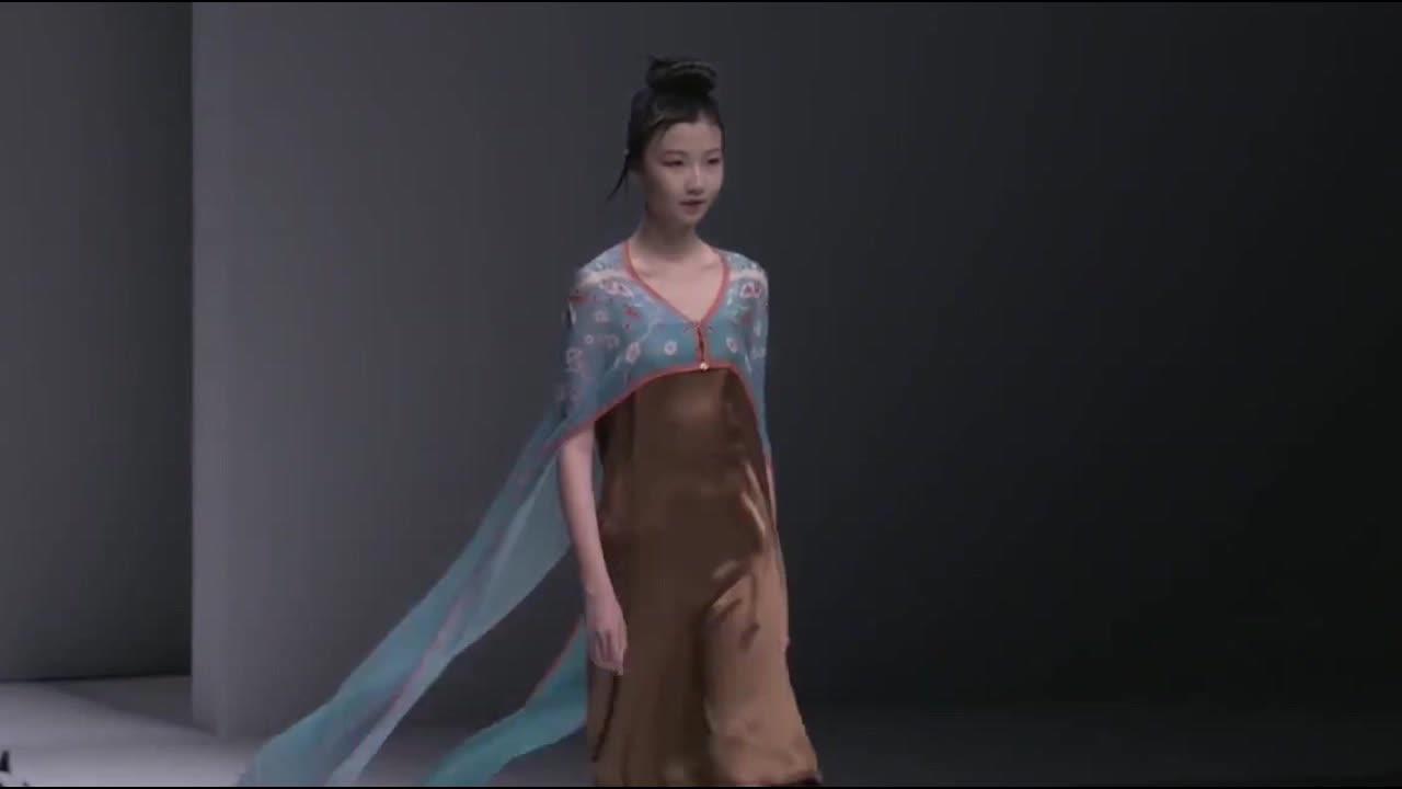 时装秀蓝色雪纺连衣裙小碎花的设计穿上小清新又美丽