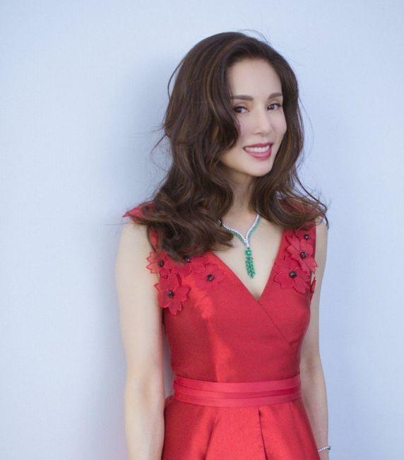 45岁李若彤,红裙卷发女人味十足,举手投足间尽显优雅