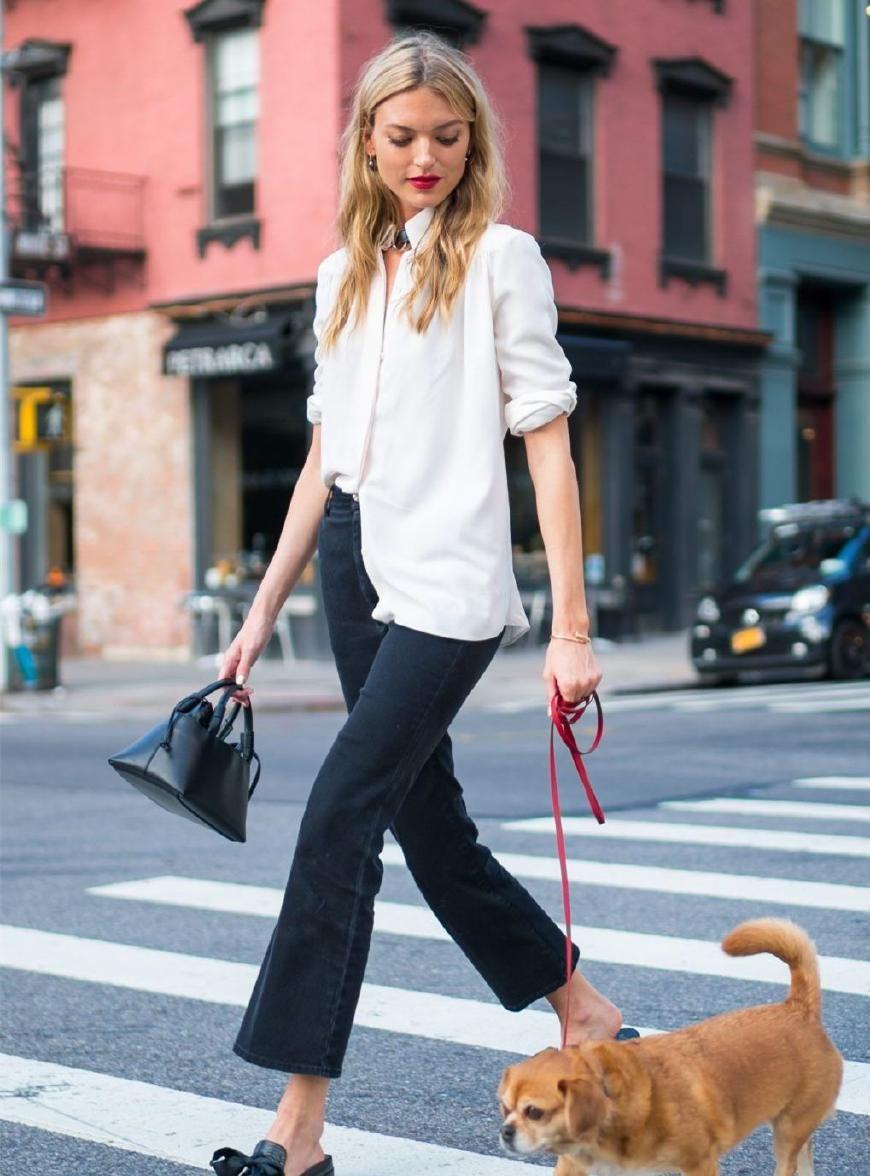 玛莎·亨特在纽约街头遛狗,超模打扮精致,穿搭得很有型!