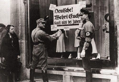 纳粹统治下影像:德国民众当街殴打犹太少女,小学生集体行纳粹礼