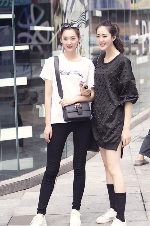 街拍:两个颜值相当的人在一起拍照,谁穿的时尚谁更美更迷人