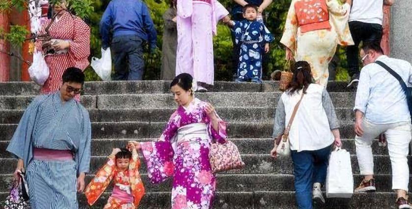 中国游客去日本抢购马桶盖,看到日本人在中国买的东西,该深思了