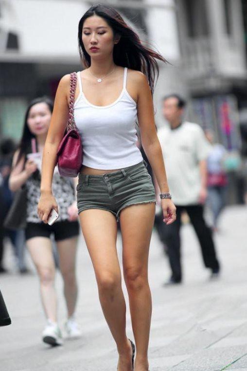 上海街拍:美女身穿蓝色漏肩短裙,尽显挺拔傲人的上围,很是诱人