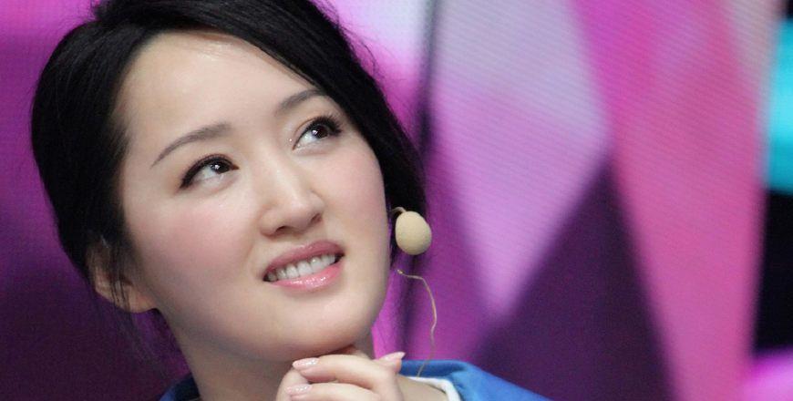 冻龄女神杨钰莹高中校服八连拍,皮肤细嫩毫无违和感!