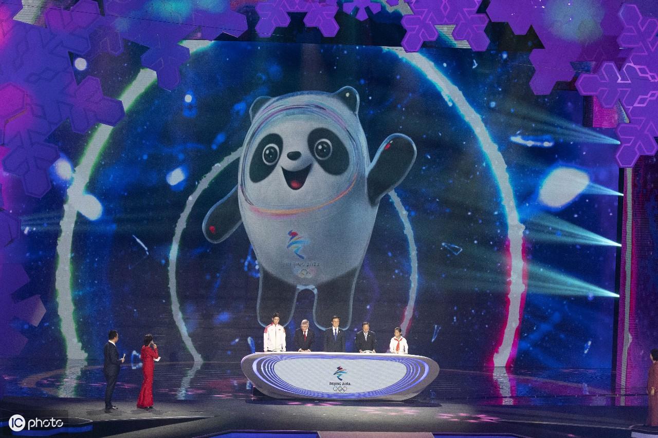 """北京2022冬奥会吉祥物""""冰墩墩""""和冬残奥会吉祥物""""雪容融""""亮相"""