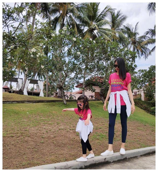 世界小姐张梓琳分享美照,穿露背裙身材超好,母女同框十分养眼