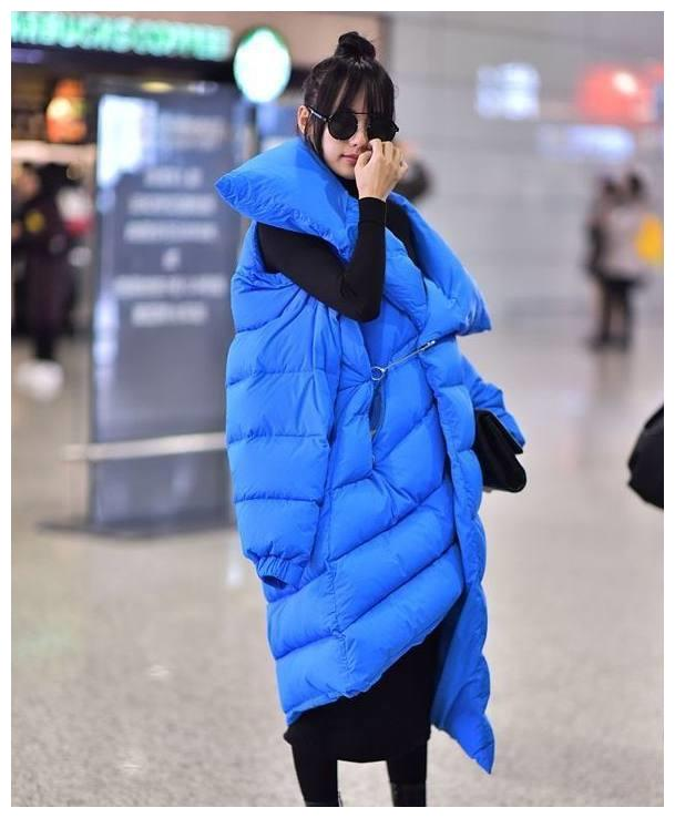 张嘉倪现身机场,一身蓝色棉袄博眼球,网友:你怎样穿都很美
