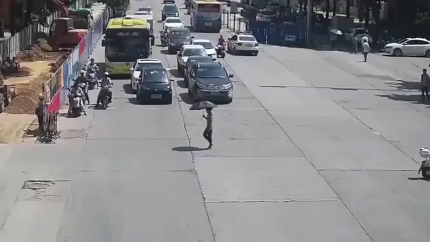 小伙横车怒怼轿车,要不是监控我们可能就误会他了