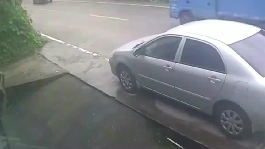 头一次见这么蹊跷的车祸,监控拍下奇异画面