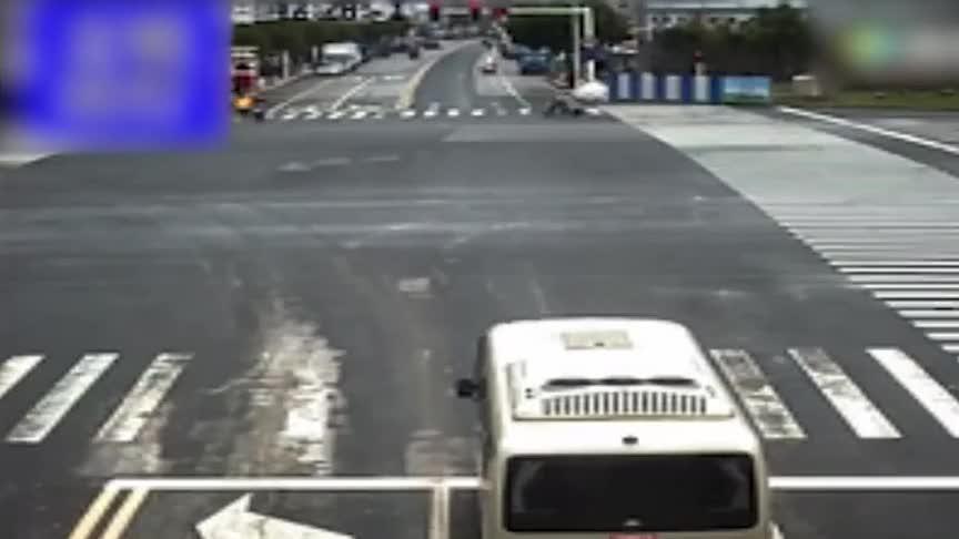 电动车闯红灯差点被侧翻货车压,监控拍下整个过程