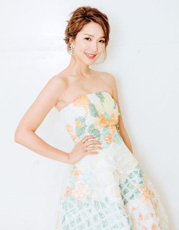 王祖蓝真的捡到宝了,李亚男一袭白色连衣裙,大秀好身材!
