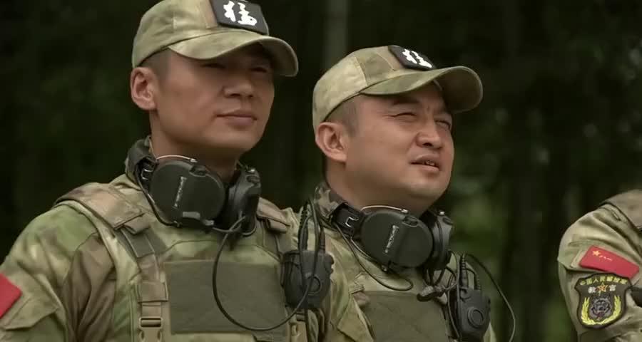 特种兵野外生存训练,教官当场逼女兵生吃老鼠肉,女兵反应逗了