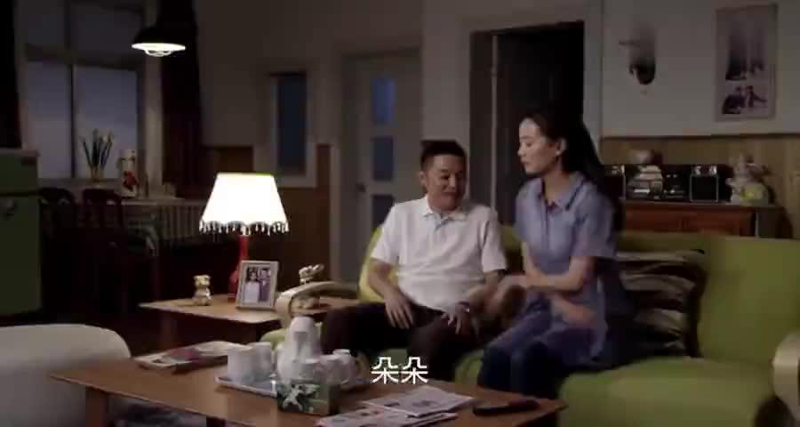 丈夫和女同事搂搂抱抱,气得媳妇脸都白了谁料丈夫爆出个大秘密