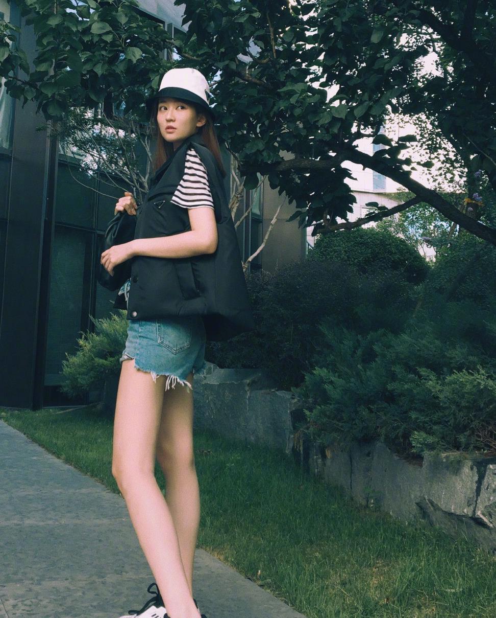被曝与杨洋相恋,穿马甲配牛仔短裤,戴墨镜俏皮似18岁少女