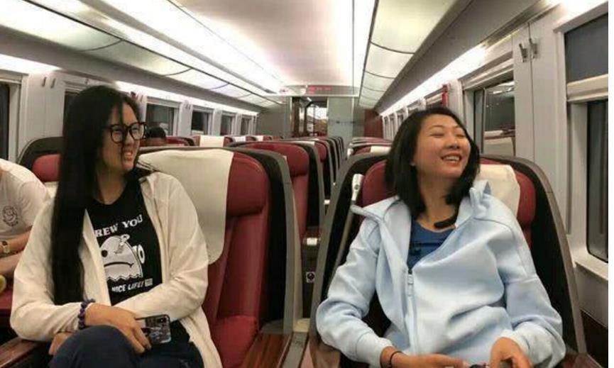 中国女排饿肚子坐经济舱,舟车劳顿后还要训练,与男足包机成对比