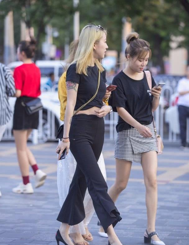 路人街拍:时尚辣妈颜值和衣品持续在线,搭配新潮有个性!