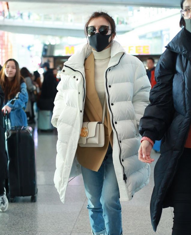 秦岚机场完美诠释时尚,尽显简约魅力,37岁美成18岁