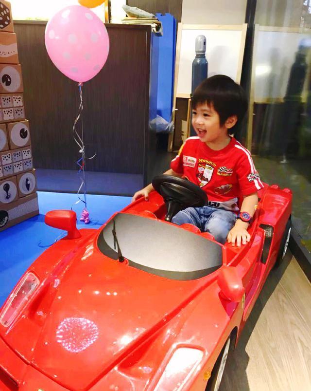陈若仪晒和双胞胎儿子的自拍,称三个宝贝里jenson最爱车
