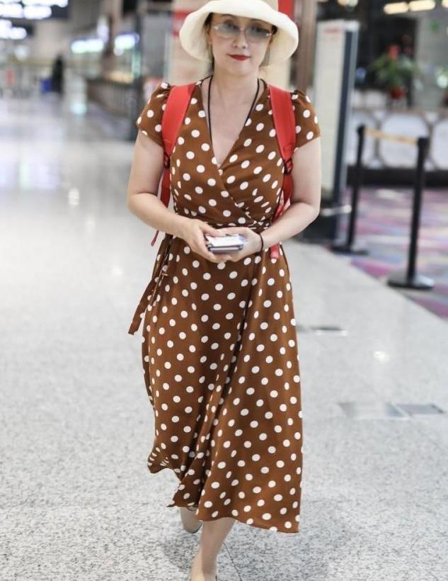 """陶虹不光不显老,身穿印花连衣裙走机场减龄时髦,很有""""贵妇""""范"""