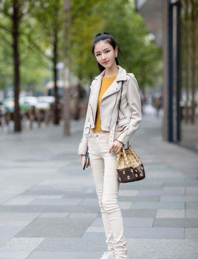 短款外套搭配修身牛仔,整体给人非常舒适的感觉