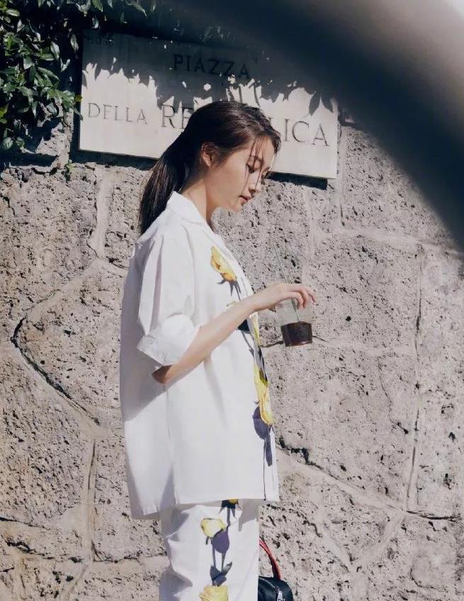 22岁关晓彤和40岁姚晨同穿花朵套装,黄色玫瑰娇媚动人,都超美