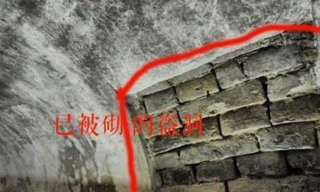 千年古墓被打开,东南角却发现守着一个盗墓贼,专家:你看那油灯
