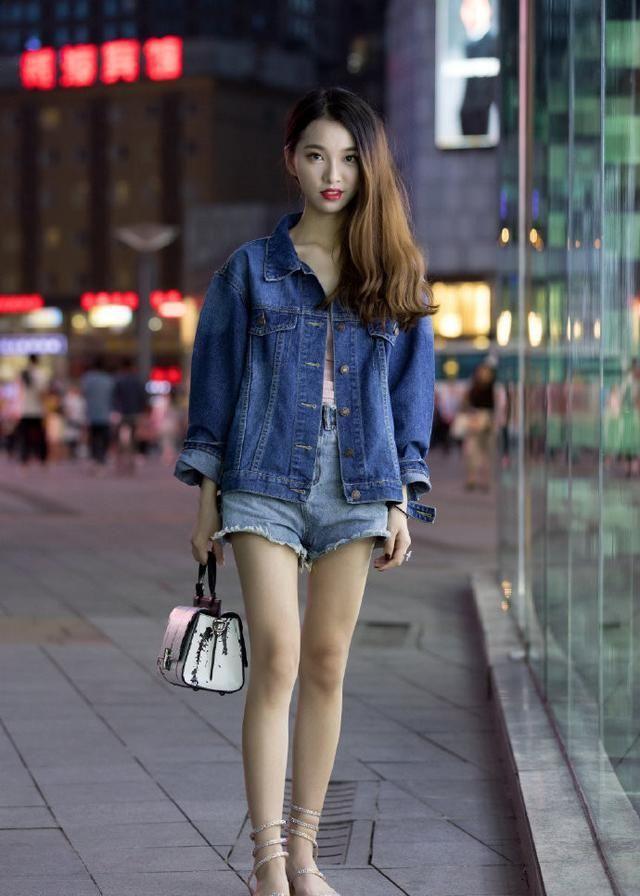 街拍:美女牛仔外套配短裤,秀出白皙长腿,长发披肩,青春靓丽