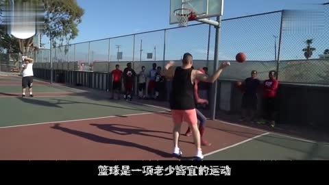 小伙用乐高制作出篮球游戏机动动自己的小拇指就能投中三分球