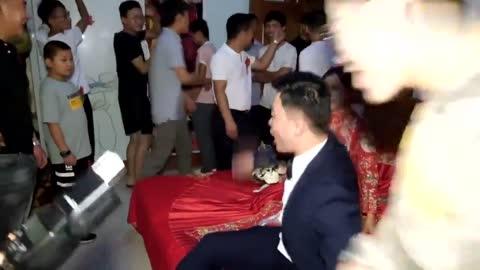 新郎官找婚鞋,没想到伴娘把婚鞋藏到这里,难怪新郎找不到