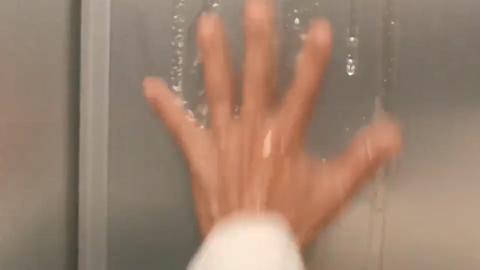 《整蛊王》楼道和电梯里都有机关小伙不知深浅被整得遍体鳞伤