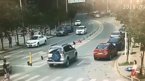 女司机关了车门就过马路明明看见有车过来还不停以为别人不敢撞她