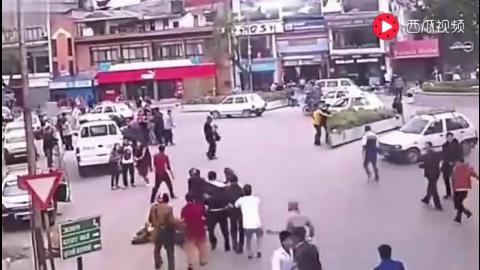 街上开车的人感觉不对劲,所有人下车后监控拍下惊魂一幕