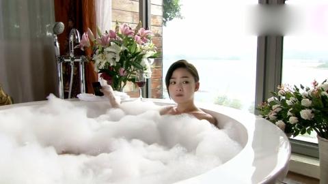 美女在泡澡老男人打来电话问你是不是在洗泡泡浴这可吓坏了