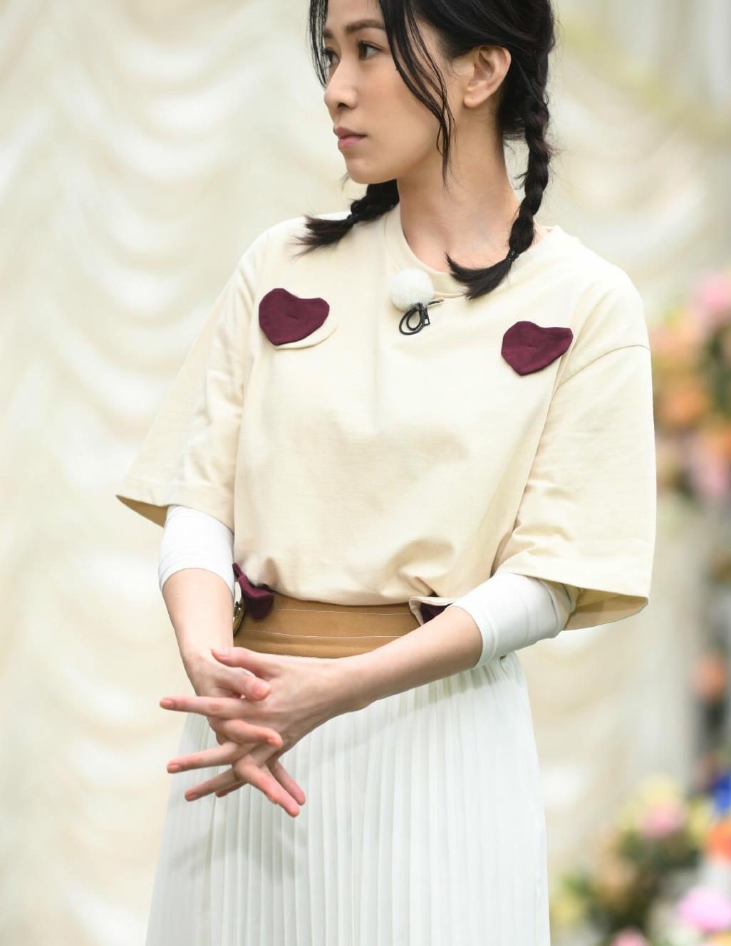 44岁佘诗曼麻花辫录节目,杏色T恤配百褶裙很少女,美得像小姑娘