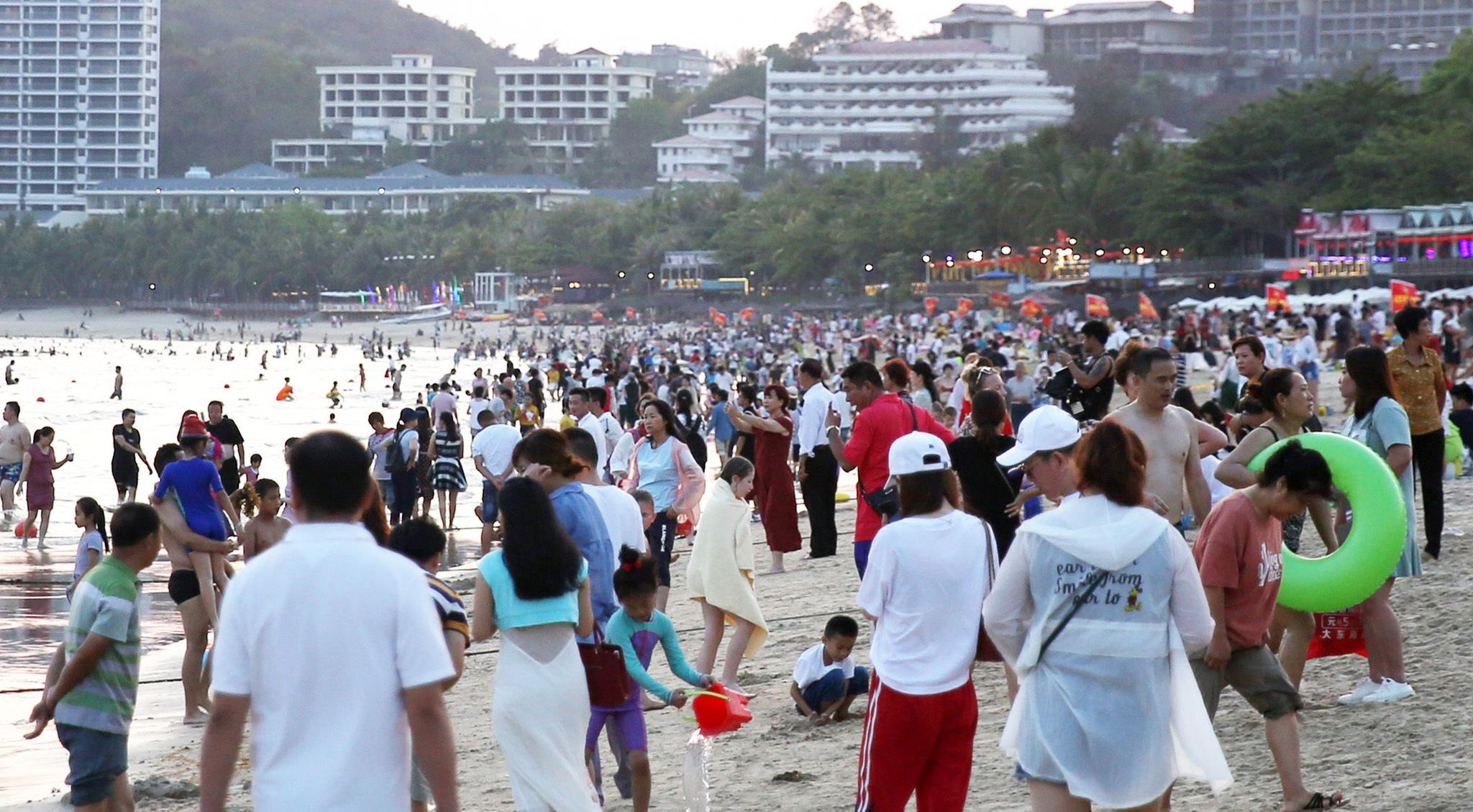 """北方""""倒春寒"""",南方已如夏,上万游客""""密布""""沙滩消遣"""