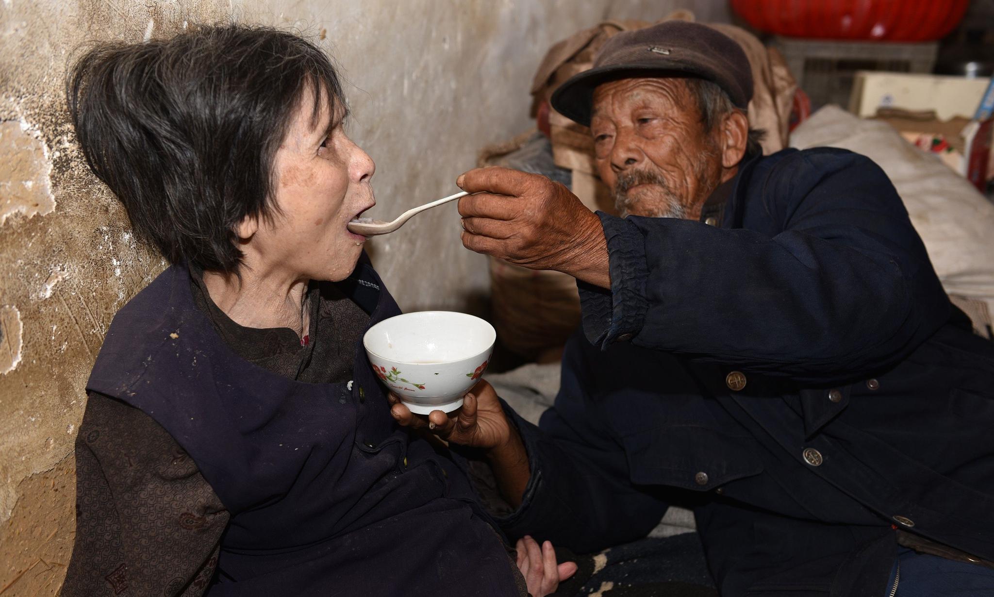 20元彩礼娶回瘫痪妻子,用汤匙喂养了46年