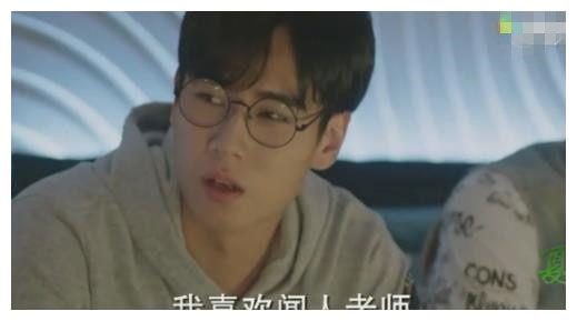 胡一天客串陈学冬郑爽的《夏至未至》,剧中暗恋班主任倪景阳
