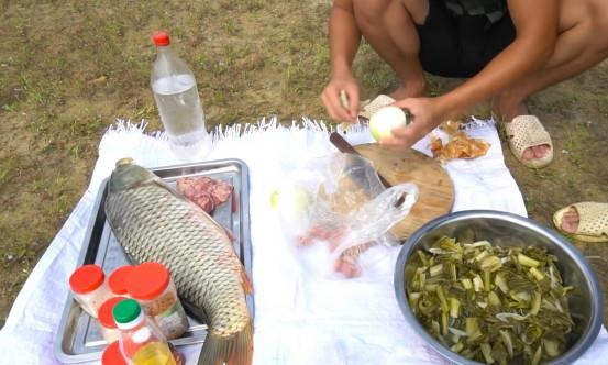 越南小伙学做酸菜鱼,看到他的做法,国内厨师生气了:不懂瞎做!