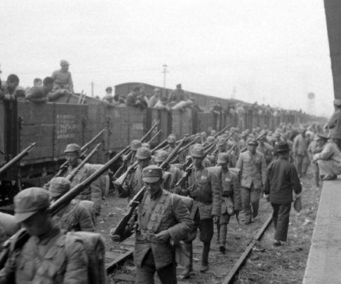 1948年11月,淮海战役中,败退的国民党军队
