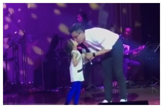 父爱深沉如山,刘恺威携女儿同台献唱,宠溺亲吻一直在鼓励