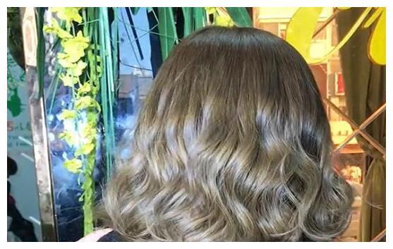 2019发型精选:头发少个子矮,这样烫散着像仙女,扎起小图片