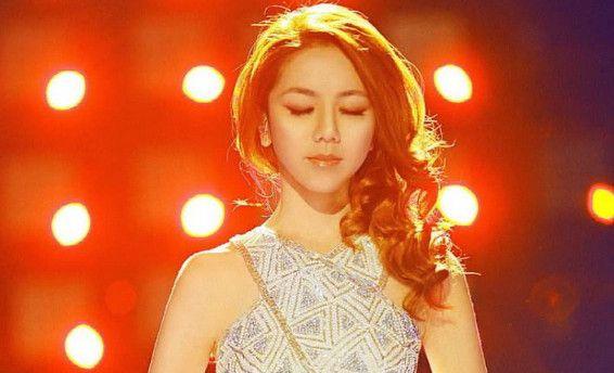她靠《我是歌手》红遍大江南北,却不会穿衣,网友:现在是真大胆